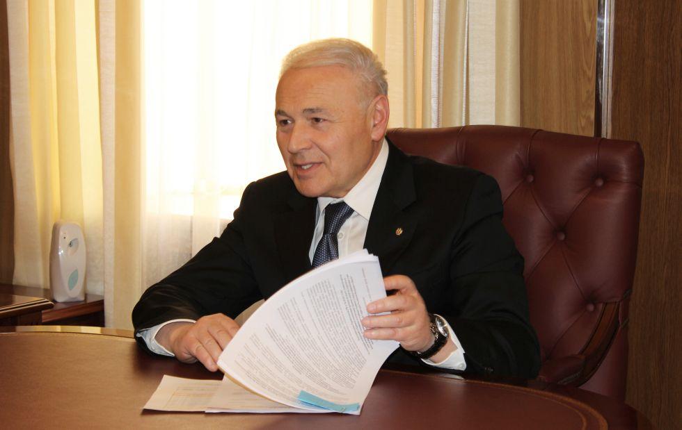 Gubernator-Vladimir-Pechenyj-podpisal-soglashenie-o-sotrudnichestve-s-prezidentom-kompanii-Rosneft-Igorem-Sechinym..jpg