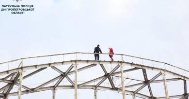 На пішохідному мосту Дніпра ледь не сталася трагедія