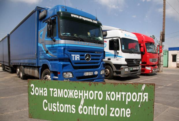 Сотни грузовиков застряли в «пробке» на узбекской границе