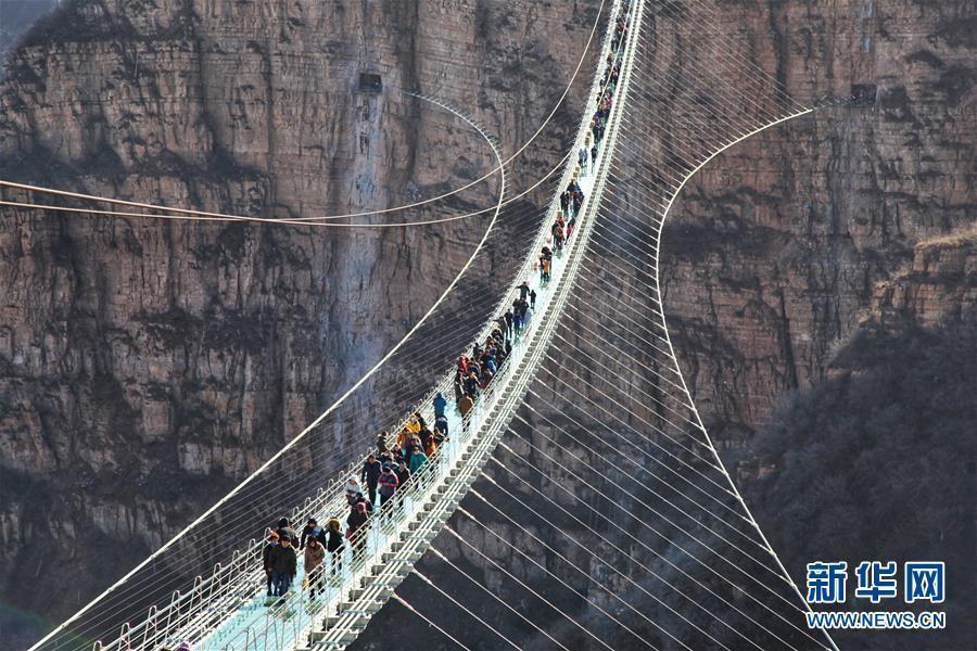В Китае открылся стеклянный мост в полкилометра