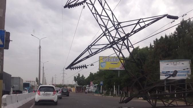 В Ташкенте на Малой кольцевой снесло опору ЛЭП