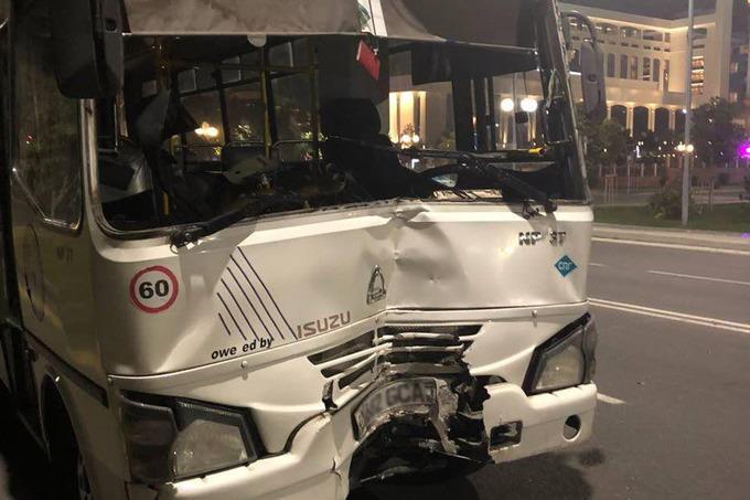 В Ташкенте автобус с пассажирами влетел в столб