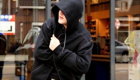 Безработный ферганец отобрал у юных мажоров телефоны