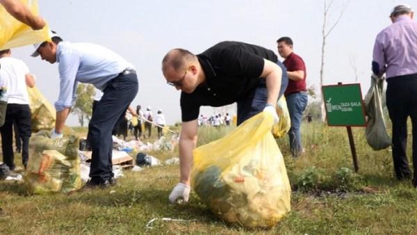 Министры убрали мусор в столице
