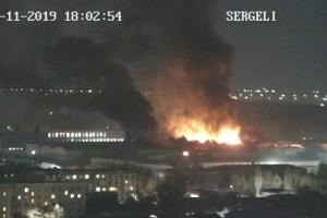 Крупный пожар возник в промзоне на Сергели