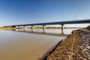 Наманганка пыталась сбросить с моста своих малолетних детей