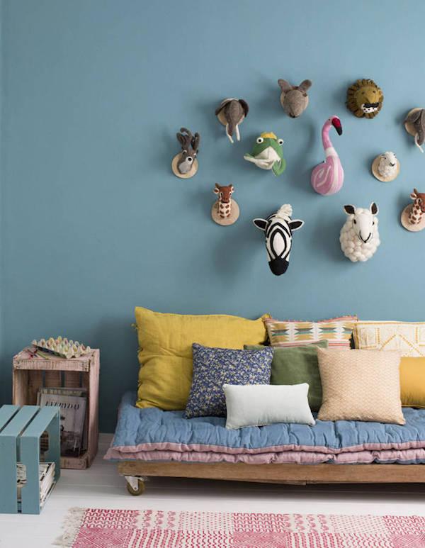 Ambiente com moveis de palete e parede azul