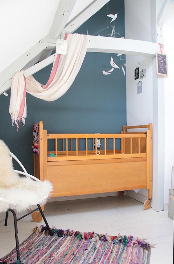 quarto de bebe com parede azul petroleo