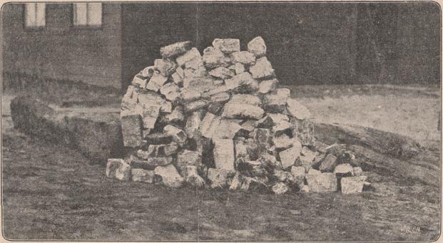Opgedoken brokstukken muur en hout