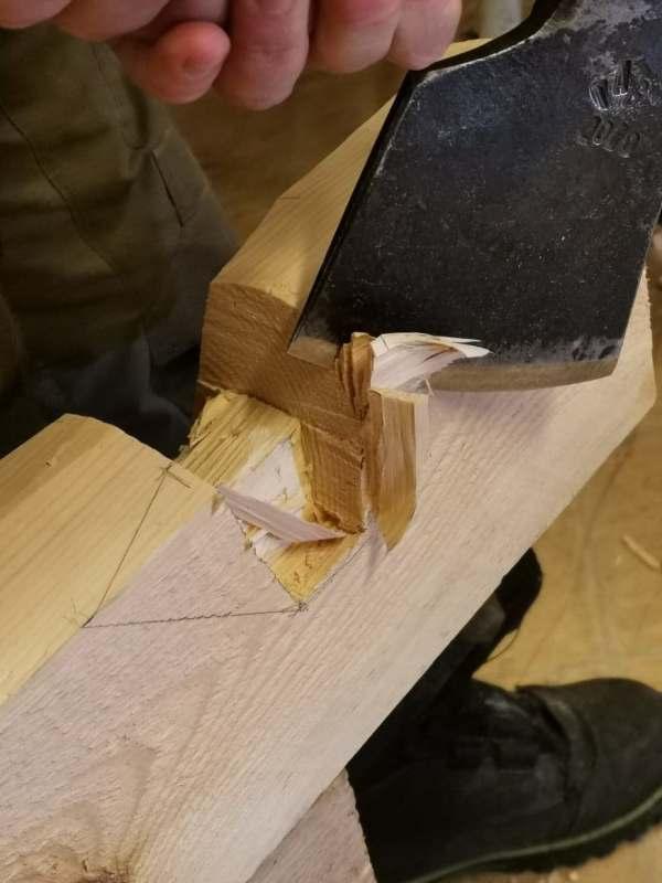 Bilde som viser økseteknikk ved lafting av bygg
