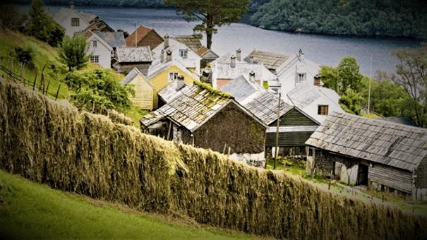 eldre hus med ulike takformer, skifer, stein, treshingel og moderne keramikk.