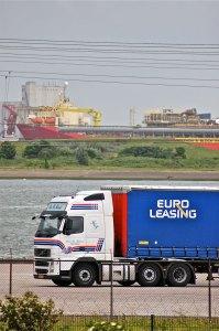 Illustratie: foto van een trailer van Euro Leasing met een Deense trekker ervoor op de kade van Stena Line in Hoek van Holland