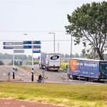 Illustratie: foto van een vrachtwagen van transportbedrijf Heijboer die van de boot uit Engeland komt en de weg naar Rotterdam op rijdt.