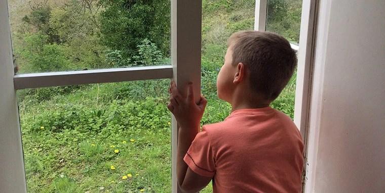 niño-ventana-emergencia