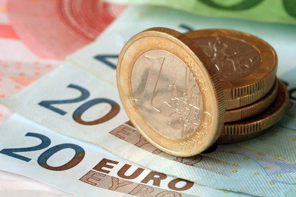 Официальный курс евро установленный Банком России вырос на 2,79 рубля