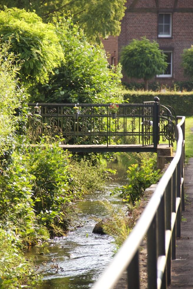 14. August: auf dem Rückweg ging es durch das Örtchen Lemiers mit dem Senserbach. Die rechte Seite des Baches ist deutsch, die linke niederländisch