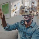 homme content portant un casque de réalité virtuelle et où l'on voit ce qu'il voit