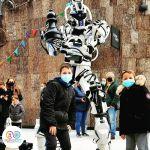 robot geant cyborg avec enfants jeu echecs geant VGB EVENT