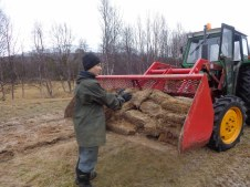 nous avons un tracteur pour nous aider / we use the tractor to help us