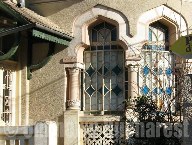 Fereastră sub formă de arcadă străjuită de coloane. A se remarca prezența vitraliului. sursa: unknownbucharest.ro