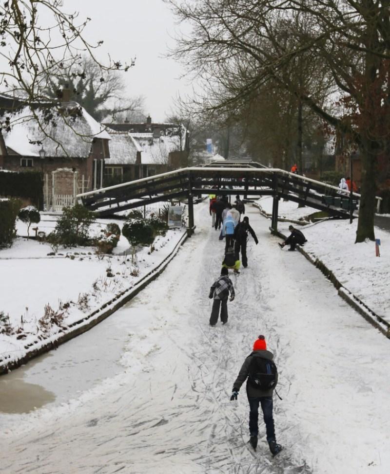 Giethoorn se torna um popular destino para os que adoram patinar no gelo.