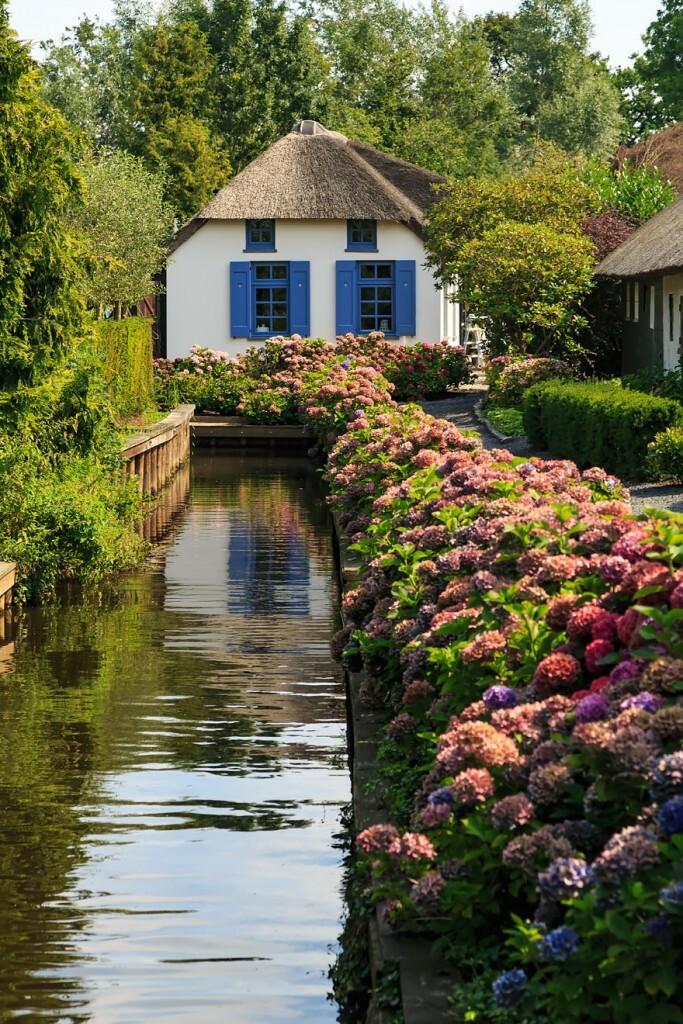 As adoráveis propriedades exibem jardins bem cuidados e repletos de flores, e muitas contam com telhados feitos de palha.