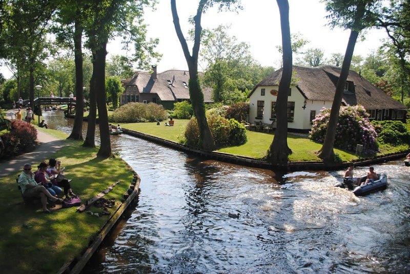 O pequeno vilarejo de Giethoorn, não possui ruas. O único meio de locomoção é através de barcos.