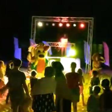 Festa para crianças a noite na praia