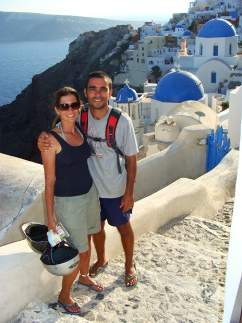 Os dois curtindo uma praia em Santorini, na Grécia