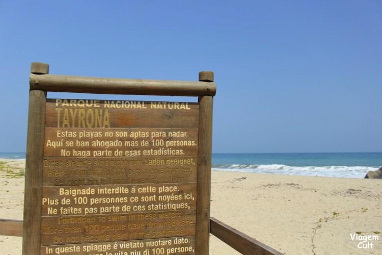 Placa alertando que várias pessoas já se afogaram nessa praia
