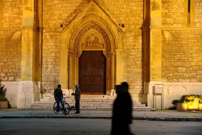 Contrariando todas as teoria sobre intolerância religiosa da Bósnia, a Catedral Católica de Sarajevo está localizada na mesma rua onde estão mesquitas e sinagogas