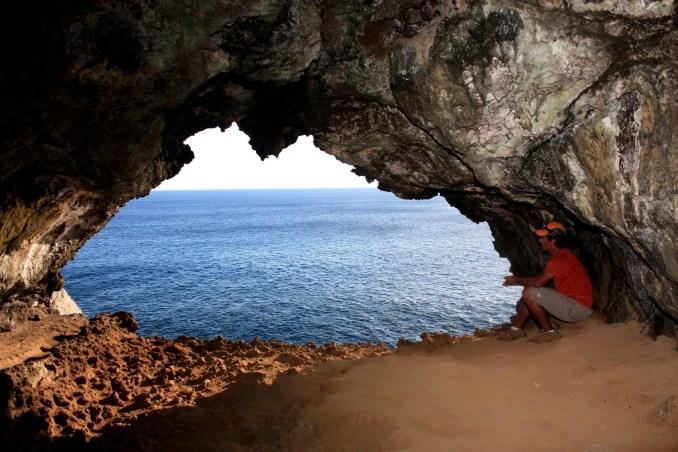 8) VISTAR CAVERNAS: A Ilha de Páscoa guarda tesouros escondidos como as cavernas de origem vulcânica com impressionantes salões internos com janelas naturais que podem ser visitados. Na foto, vista da Caverna Ana Kakenga (foto: Eduardo Vessoni)