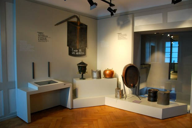 Sala dedicado ao período da produção clandestina de absinto, na Suíça e na França (foto: Divulgação)