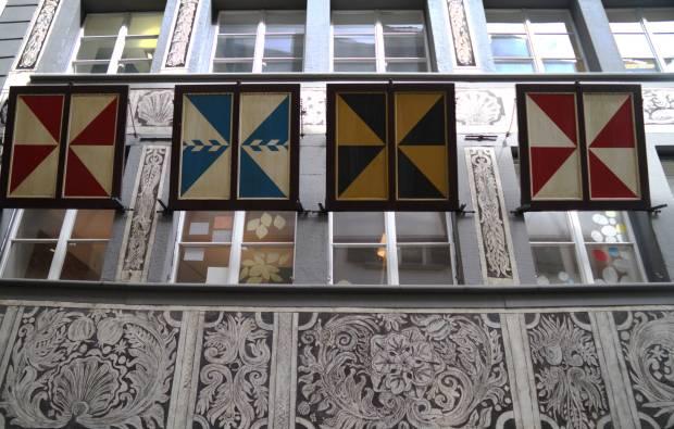 Fachada decoradas com painéis solares da Metzgerrainli, rua do centro histórico de Lucerna, na Suíça (foto: Eduardo Vessoni)