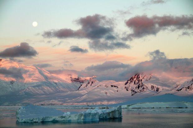 Durante o verão antártico, que vai de novembro a início de abril, a sensação é como a de viver um eterno dia de sol com 24 horas de duração. Na foto, final do dia em Port Lockroy, na Península Antártica (foto: Eduardo Vessoni)