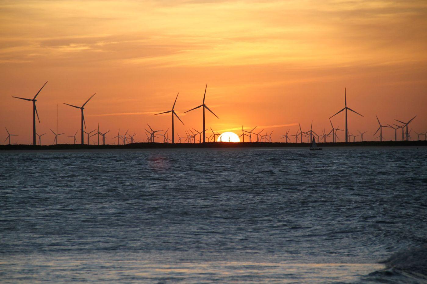 Torres eólicas de Galinhos vistas a partir da Praia do Farol (foto: Eduardo Vessoni)