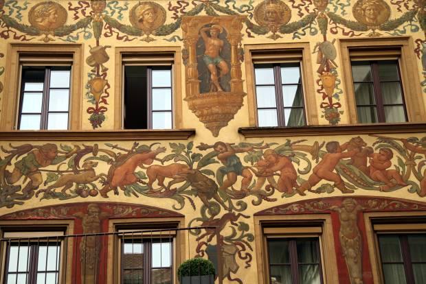 Fachada do Hotel des Balances, uma das construções do centro histórico de Lucerna que contam com fachadas históricas pintadas (foto: Eduardo Vessoni)