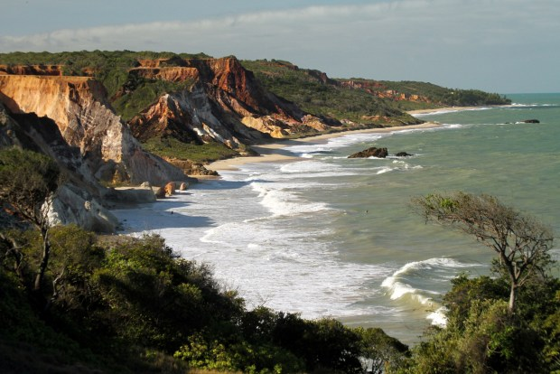 Esta praia do litoral sul do estado, a 25 km de João Pessoa, é considerada a primeira área exclusiva do Nordeste para praticantes do naturismo. Situada no município de Conde, Tambaba possui apenas 500 metros de extensão (foto: Eduardo Vessoni)