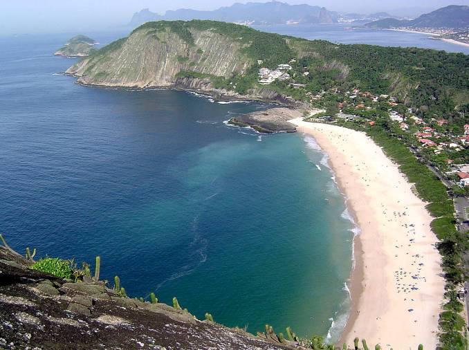 Itacoatiara é uma das mais belas faixas de areia de Niterói, no Rio de Janeiro (foto: Arleyramos/wikipedia.org)