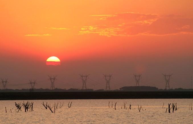 Pôr do sol na região da hidrelétrica de Itaipu (foto: Eduardo Vessoni)