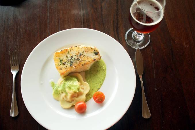 O mero, peixe típico de regiões austrais, e o ravioli de abóbora com molho de salsa é um dos pratos servidos no Tierra Patagonia, em Torres del Paine (foto: Eduardo Vessoni)