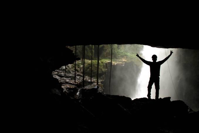 Cachoeira do Funil vista pelo interior da caverna de acesso a essa queda d'água, em Mambaí (foto: Eduardo Vessoni)