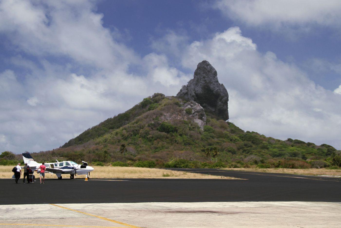 Vista parcial da pista do aeroporto de Fernando de Noronha, a 545 km do Recife (foto: Eduardo Vessoni)