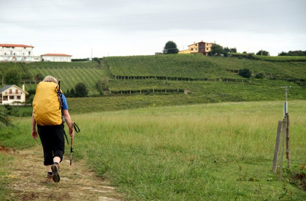 Peregrina, durante travessia do trecho Getaria – Zumaia, no País Basco, na Espanha (foto: Eduardo Vessoni)
