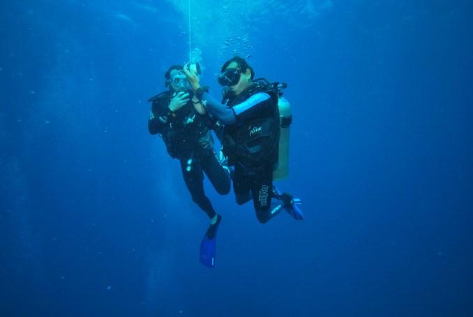 Atividades durante curso básico de mergulho, em Noronha (foto: Flávia Robles/ All Angle)