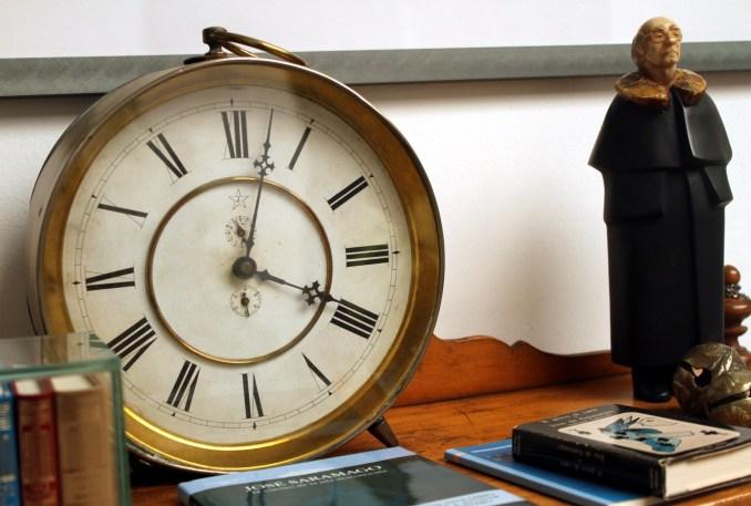 Destaque da galeria da Casa de José Saramago, nas Ilhas Canárias, onde os relógios marcam sempre 4 da tarde (foto: Eduardo VessonI)