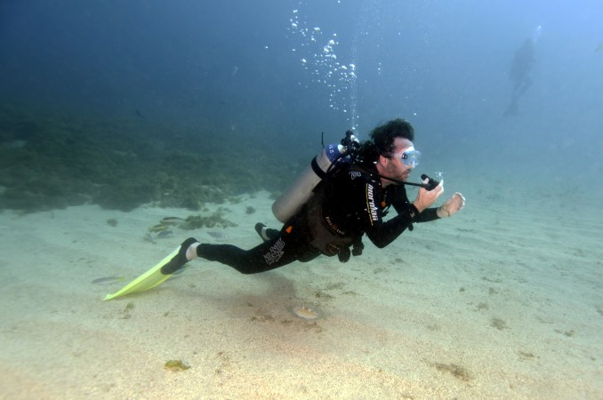 Procedimentos durante curso de mergulho em Fernando de Noronha crédito das fotos: Tati Vasconcelos/All Angle