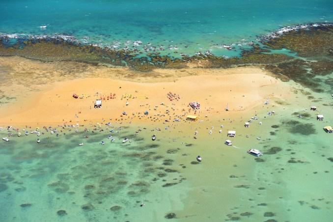 Outro cenário surreal do litoral norte paraibano é Areia Vermelha, ilha com 1,5 quilômetro de extensão que se forma na maré baixa e dá lugar a piscinas naturais rodeadas por areias de tons avermelhados, no município de Cabedelo, região metropolitana de João Pessoa (foto: Cacio Murilo/PBTur)