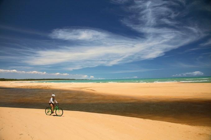 Rio dos Frades, atração natural da travessia de bicicleta, entre Trancoso e a Praia do Espelho (foto: Eduardo Vessoni)