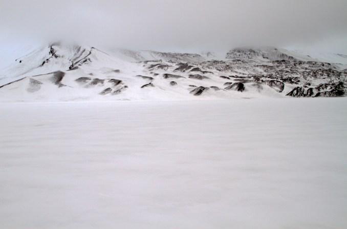 Interior do vulcão na Deception Island, na Península Antártica (foto: Eduardo Vessoni)